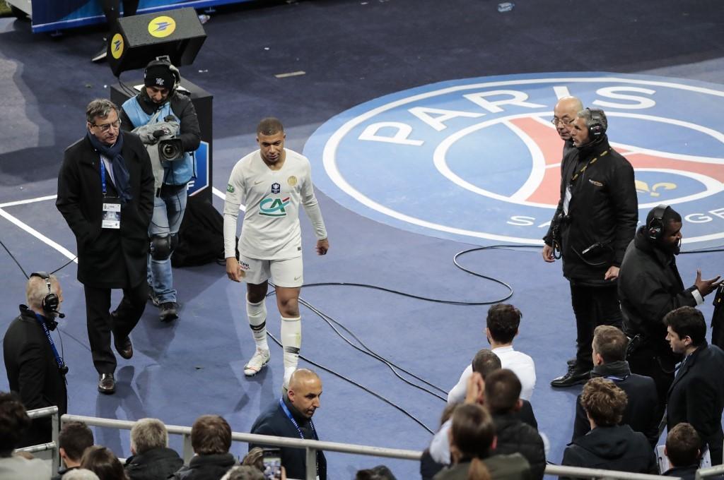Kylian Mbappé offre le Soulier d'Or à Lionel Messi